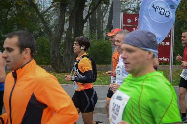 """Christian Schwinn, avec son drapeau """"4h"""", à suivre pour finir le marathon dans ce temps !"""