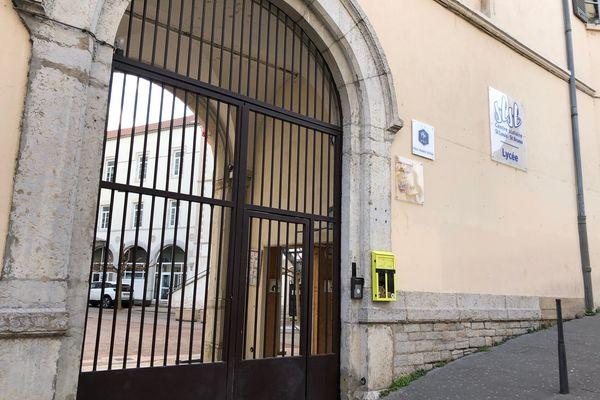 les élèves du lycée Saint-Louis-Saint-Bruno à Lyon auraient pu regagner l'intérieur de l'établissement pendant l'agression, mais l'un d'eux aurait été blessé à l'arme blanche