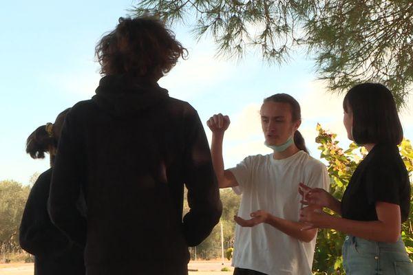 Cyprien raconte à ses camarades son après-midi ans le lycée entouré d'eau.
