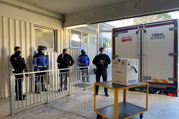 Le colis contenant les vaccins anti-Covid-19, livré sous escorte de la gendarmerie au centre hospitalier de Bastia le 6 janvier.