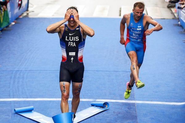 Vincent Luis, sur la ligne d'arrivée du triathlon de Rotterdam.