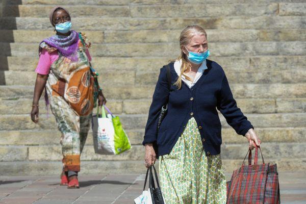Le port du masque est actuellement obligatoire dans onze communes de la Sarthe, comme ici dans le centre-ville du Mans.