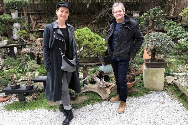 """Sophie Jovillard et Thierry Valeille dans le jardin de """"l'arbre en pot""""."""