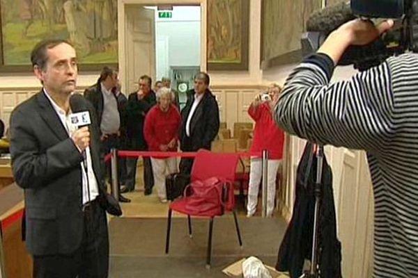 Béziers (Hérault) - Robert Ménard à la mairie commente les résultats du FN devant les caméras de France 3 -  22 mars 2015.