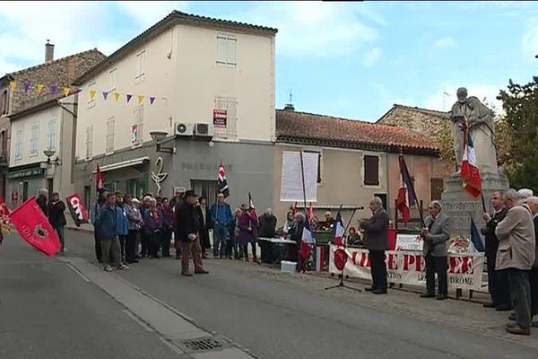 Rassemblement pacifiste devant la statue de Gaston Dintrat à joyeuse