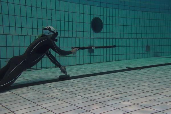 Yohann Belpré, champion de France en combiné de tir sur cible subaquatique, à l'entraînement dans la piscine de Bréquigny à Rennes.