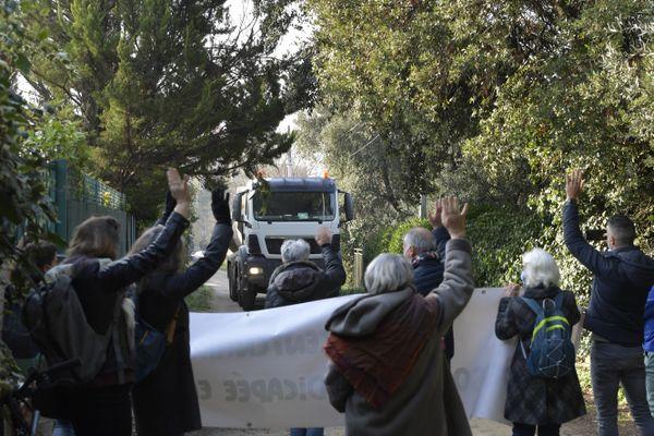 Face à l'opposition des riverains de la rue Salaison, le camion a fini par faire demi-tour.