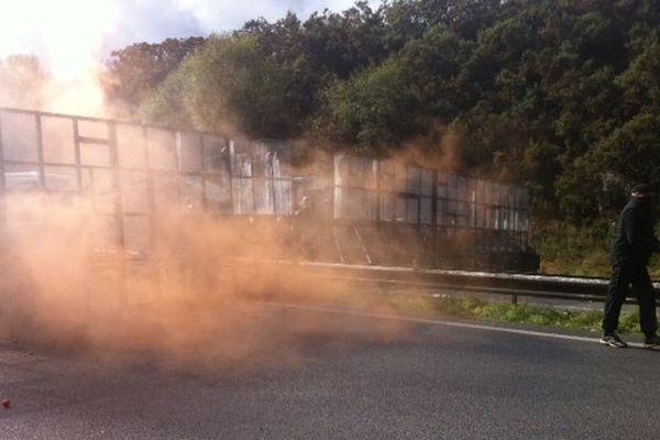 Tirs de gaz lacrymogènes pendant la manifestation anti-écotaxe, en octobre 2013 à Pont-de-Buis