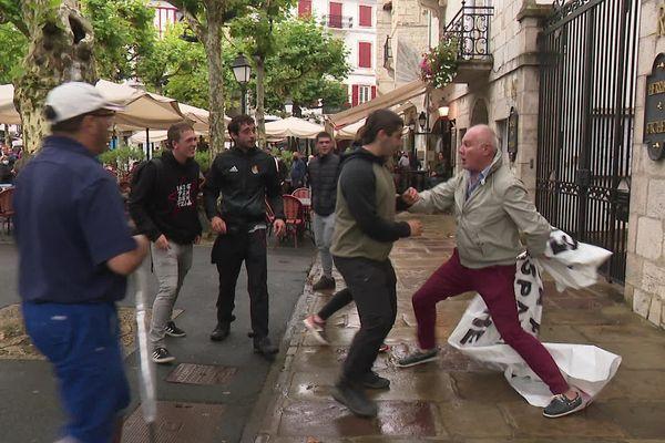 Le maire de Saint-Jean-de-Luz au Pays basque ulcéré alors que des nationalistes avaient affiché une banderole dénonçant les cérémonies du 14 juillet