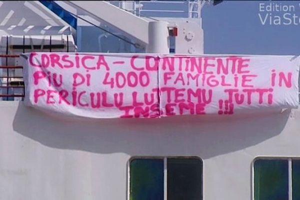 """Banderole sur le navire """"Méditerranée"""", bloqué dans le port de Bastia, lors de la grève SNCM de juin 2014"""