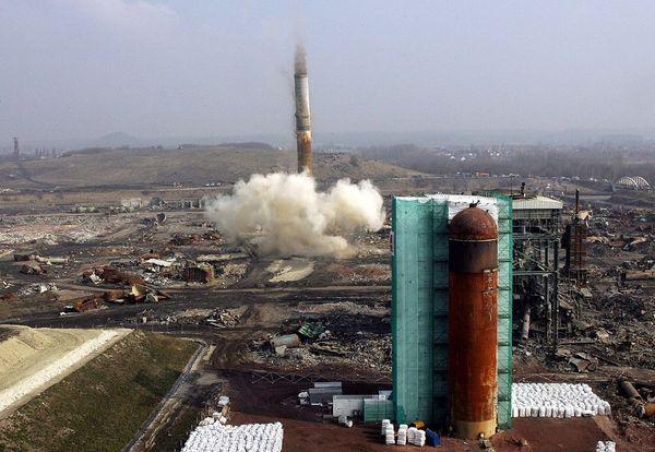 La destruction de la dernière cheminée de l'usine Metaleurop en 2006.