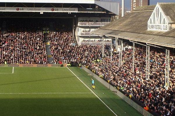Le stade de Fulham et sa célèbre tribune en bois.