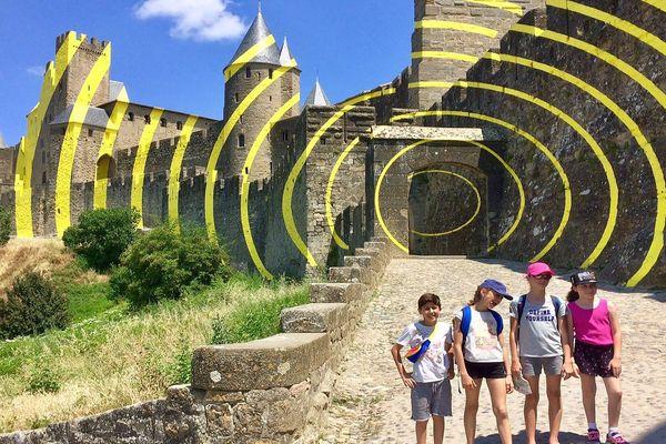 Carcassonne - l'oeuvre de Felice Varini sur les murs de la Cité médiévale - juillet 2018.