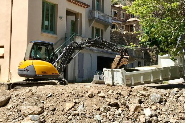 Les travaux de dépollution ont commencé dans la cour de l'école de Lastours dans l'Aude. Des taux d'arsenic 15 fois supérieurs à la normale ont été retrouvés après les inondations d'octobre 2018 - 13/05/2019