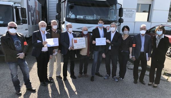 Plaisir d'offrir et joie de recevoir. Derrière les masques, les représentants du CHRU de Nancy, des douanes, de la Ville de Nancy et de l'association des Chinois en Lorraine.