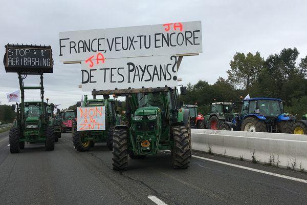 Des centaines de tracteurs bloquent l'autoroute A4 mardi 8 octobre.