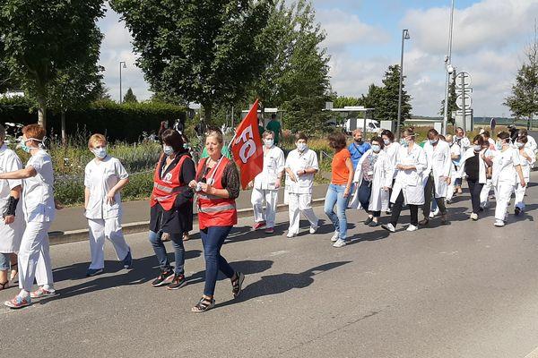 Le personnel du CHU d'Amiens en cortège ce mardi matin.