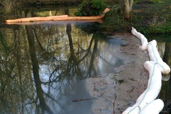 Dispositif pour empêcher la pollution aux hydrocarbures de s'étendre sur l'ensemble de  la rivière Loeuf à Estouy