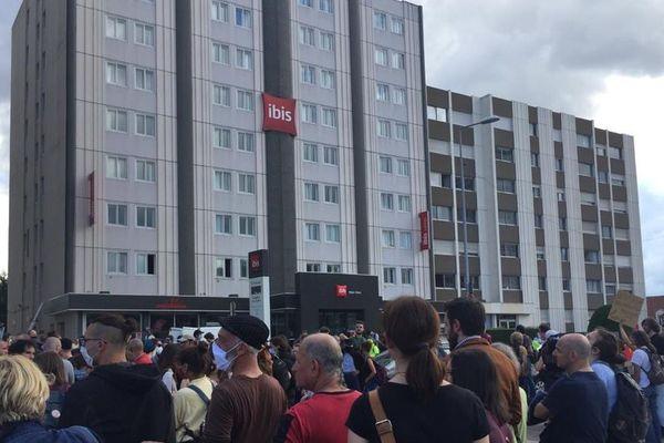 Des manifestants hostiles au Rassemblement national rassemblés devant un hôtel où Marine Le Pen donne une conférence de presse mardi 16 juin à Dijon