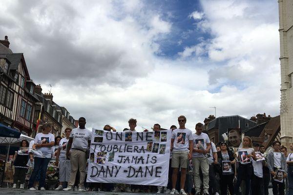 Plus de 400 personnes ont marché dans les rues de Pont-Audemer le jeudi 8 août 2019 en mémoire de Dany Lefrançois.