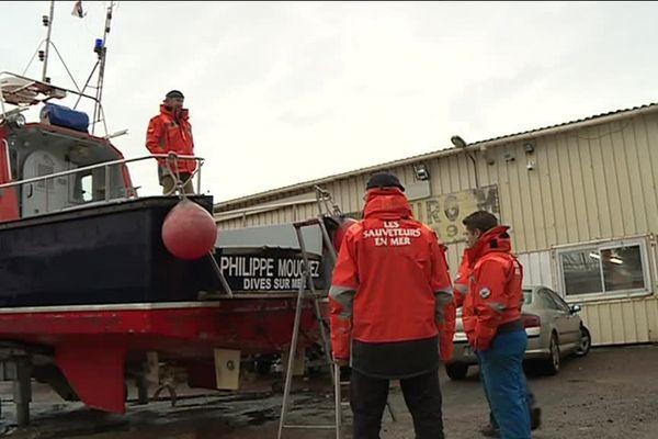 La vedette de la station de Dives-sur-mer est en panne. Et pendant ce temps, ce sont les stations voisines à qui il revient de se porter se cours aux bateaux en difficulté près de la Dive...