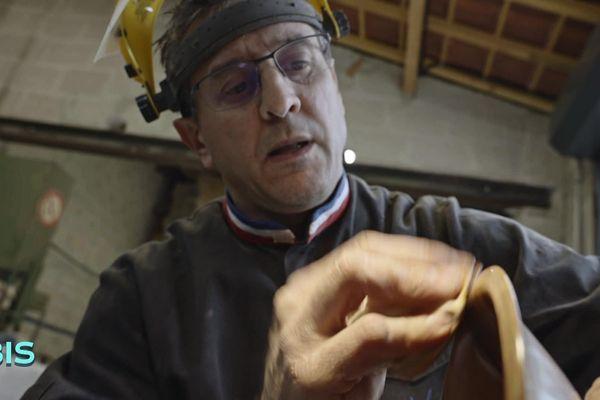 Patrick Noble dans son atelier de création et de restauration de meubles