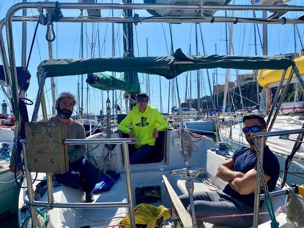 Cyrille Lorenzi, José, et Edouardo sur le voilier des deux derniers.