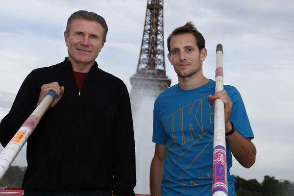 Sergueï Bubka et Renaud Lavillenie, le 27 juin 2014 lors d'une exhibition à Paris.