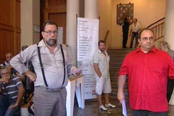 Prise de parole et distribution de pétition dans le hall de la mairie de Sète