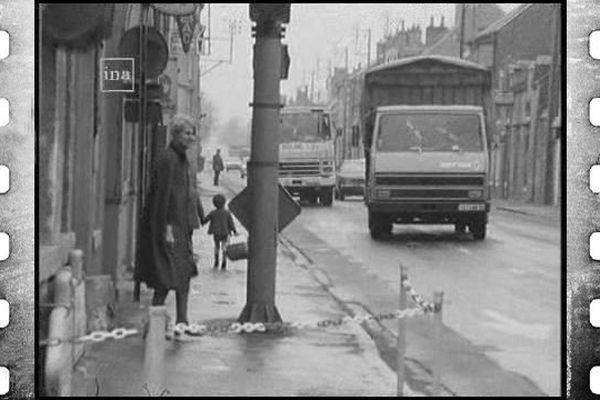 Une route de Chevilly (Loiret) en 1976, encombrée par les camions