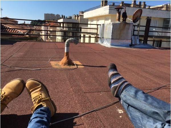 Mon voisin m'a rejointe sur le toit.