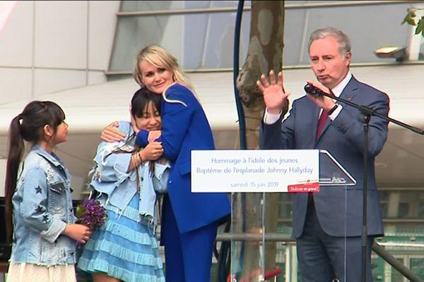 La veuve du chanteur accompagnée de ses deux filles a fait une allocution de plusieurs minutes pour remercier la ville de Toulouse.