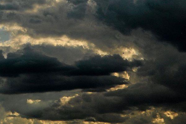 Dimanche 6 mai, un violent orage de grêle s'est abattu en fin de journée à Laroquebrou, dans le Cantal. Un épisode aussi soudain que spectaculaire.
