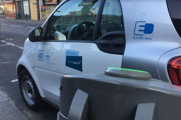 Une voiture en libre service Share Now, à Paris.