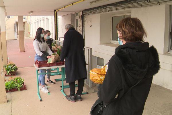 Le marché se tient tous les jeudis et est réservé au personnel du lycée Charlemagne
