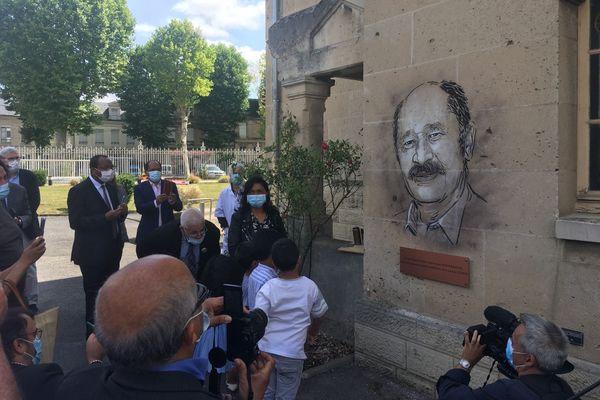 Le street-artist C215 a dévoilé un portrait du défunt médecin, peint sur l'hôpital de Soissons.