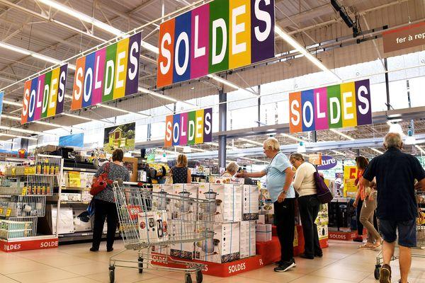 Les clients d'un supermarché lors du premier jour des soldes, en juin 2018 (image d'illustration)