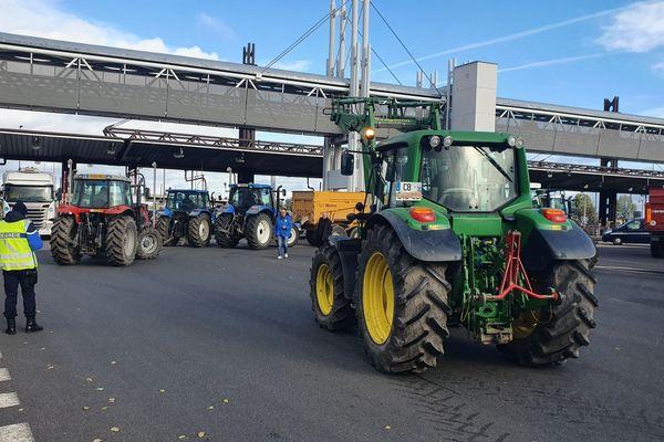 Une trentaine de tracteurs sont arrivés au péage de Gerzat, en périphérie de Clermont-Ferrand, ce mercredi 27 novembre.