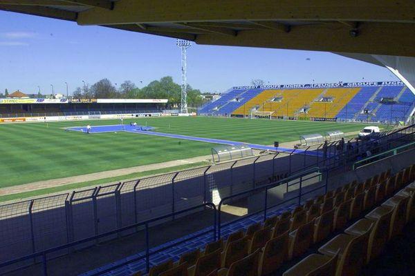 Vue partielle du stade Jean-Laville à Gueugnon le 25 avril 2000