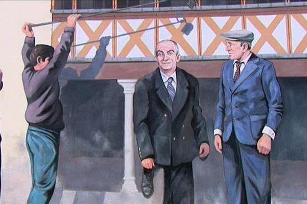 """A Beaune, en Côte-d'Or, une fresque célèbre le tournage du film """"La Grande Vadrouille"""" dans la ville en 1966."""