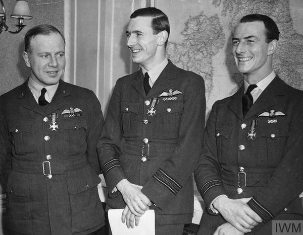 """De gauche à droite : Ronald Kellett, John Kent et Athol Forbes, les trois commandants anglo-saxons (Kent était canadien) du 303 Squadron polonais. En décembre 1940, le chef du gouvernement polonais en exil, le général Sikorski, les décora de la """"Virtuti Militari""""."""