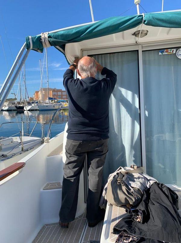 La plaisance et la pêche sont interdites mais les résidents peuvent quand même monter à bord.