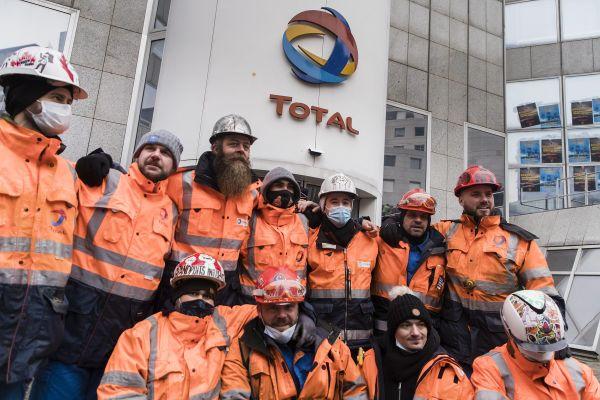 Les grévistes de la raffinerie de Grandpuits manifestaient devant le siège de Total à La Défense le 7 février.