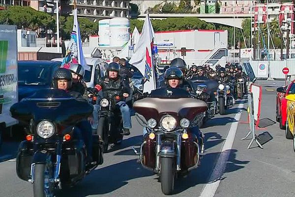 A midi, les membres du club Harley Davidson de Monaco, qui participe au Téléthon 2017, défilent pour rendre hommage à Johnny Hallyday