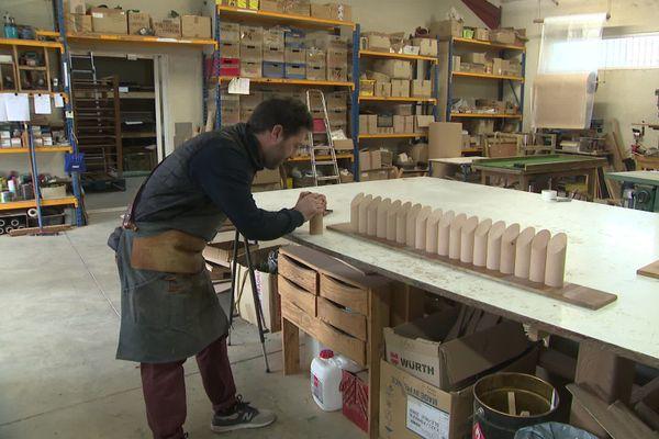 L'artisan espère que ce jeu de quilles trouvera sa place sous le sapin cette année.