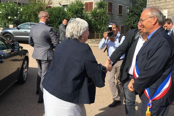 Jacqueline Gourault accueillie par le maire de la commune.