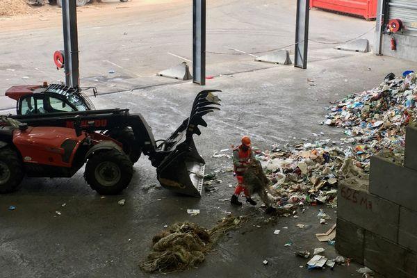 Une pelleteuse face à la montagne des déchets au centre de tri de Manosque (04)