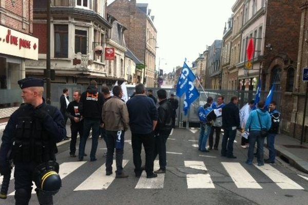 Les CRS bloquent l'accès à la rue de la République à Amiens où se trouve la Préfecture