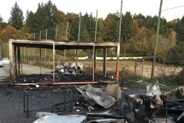 Les flammes ont ravagé le club house de l'ESU.