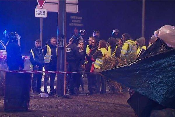 Discussion entre forces de l'ordre et gilets jaunes encore mobilisés vers 20h au sud de Poitiers.
